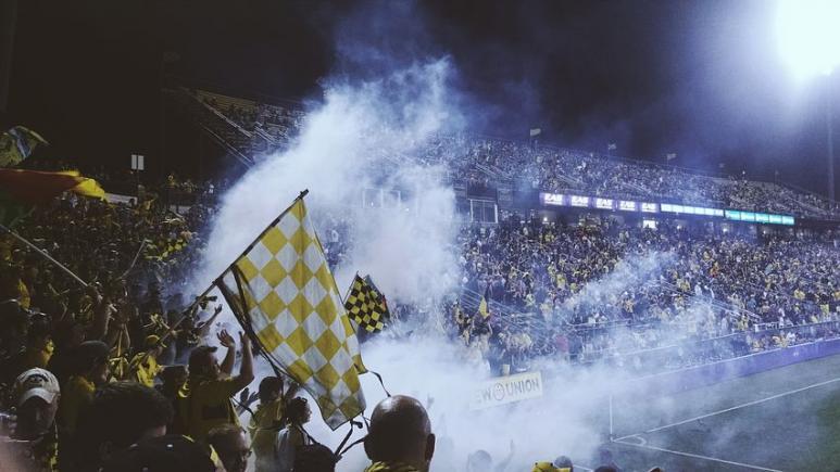 Match, foot, supporters, drapeaux, fumigènes, stade, gradins